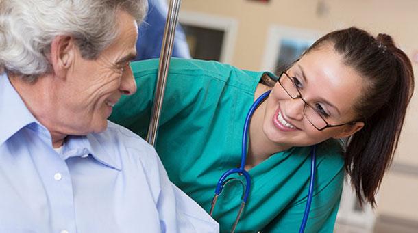 enfermera y paciente masculino