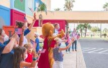 Los niños del South Texas Health System se asocian con el Truck Club local y la ciudad de Edinburg para el desfile especial del 4 de julio
